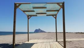 Una de las pérgolas que ha instalado el Ayuntamiento en las playas linenses