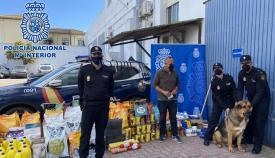 Agentes de la Policía Nacional con parte de los alimentos donados. Foto: CNP