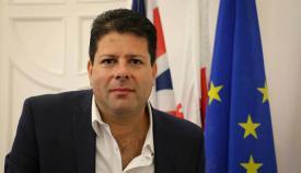 Picardo, ministro principal de Gibraltar, ante una bandera de la Unión Europea