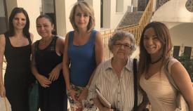 Pilar Pintor, en el centro de la imagen, en una visita reciente a dicho centro