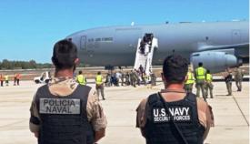 Patrulla conjunta Infantería de Marina/US Navy, a pie de pista, a la llegada de un vuelo con refugiados. Foto ARMADA
