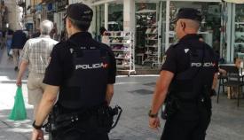 Dos agentes del Cuerpo Nacional de la Policía