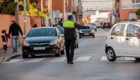 Un policía local dirigiendo el tráfico junto a un colegio de La Línea
