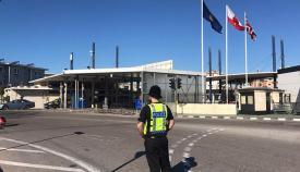Policía gibraltareño en la Verja de Gibraltar