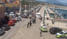 Personas agolpadas en La Atunara. Foto NG