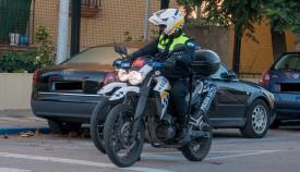 Dos agentes de la Policía Local de La Línea patrullando en motocicleta