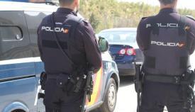 Dos agentes del Cuerpo Nacional de la Policía en una imagen de archivo. Foto: NG
