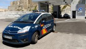 Vehículo de la Policía Nacional en el puerto de Tarifa