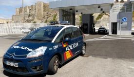 Un vehículo del Cuerpo Nacional de Policía en la zona portuaria de Tarifa