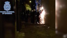 Los policías fuerzan una de las puertas de seguridad