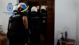 Agentes de la Policía entrando en una de las viviendas de la organización