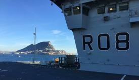 El portaaviones, con el Peñón al fondo. Foto InfoGibraltar