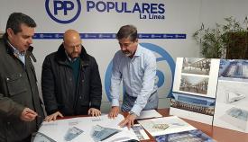 Arriaga, candidato del PP en La Línea, observa los planos del proyecto