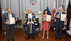 El alcalde con premiados de la pasada edición. Foto GG