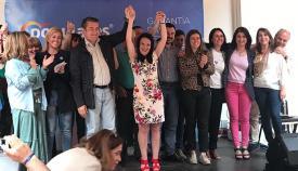 Pili Lobato, rodeada de sus compañeros del PP en Castellar