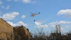 Un helicóptero participando en las labores de extinción del incendio en San Roque