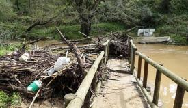 Destrozos en el puente de la Alhaja