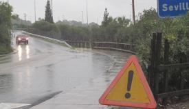 Advertencia a los conductores al inicio del puente