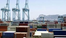Puerto de Algeciras con Gibraltar al fondo