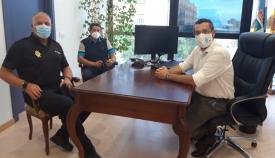 El nuevo comisario, Antonio Delgado, en el despacho del alcalde de La Línea