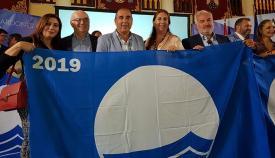Serván con el resto de asistentes a la recogida las banderas azules para San Roque