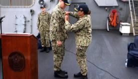 La comandante Jones le impone al comandante Curnen la insignia de mando a flote. Foto US Navy/Will Hardy