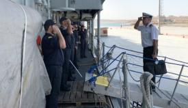 El contralmirante Ignacio Villanueva, subiendo a la fragata 'Numancia' para asumir el mando en zona de 'Atalanta'. Foto EMAD