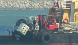Remolcador de Gibraltar arroja bloques de hormigón