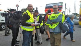 Representantes sindicales de España y Gibraltar, en la Verja. Foto NG