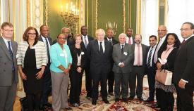 El ministro de Exteriores Boris Johnson, junto a los delegados