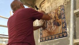 Un azulejo pintado del rostro de Cristo Crucificado es cedido al Museo Municipal