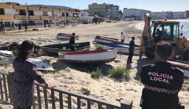 Los operarios, retirando las barcas sin matricular en las playas de San Roque