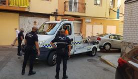 La Policía Local retirando un vehículo en una calle de La Línea. Foto: NG