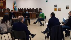 Una imagen de archivo de una reunión entre Ayuntamiento y los sectores afectados