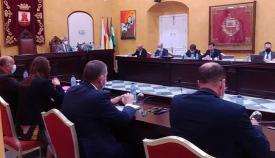 Reunión de uno de los comités en San Roque y el Pendón castellano de Gibraltar al fondo. Foto NG