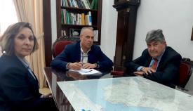 El alcalde de San Roque, Juan Carlos Ruiz Boix, con los responsables de Endesa