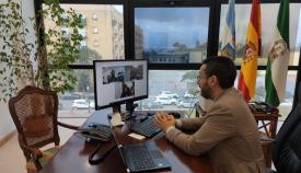El alcalde de La Línea durante la reunión telemática con Caixabank. Foto: lalínea.es