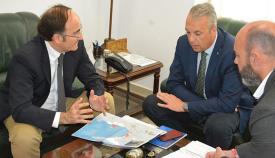 Gerardo Landaluce reunido con Juan Carlos Ruiz Boix en San Roque