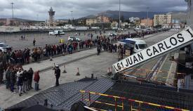 Colas de visitantes a la espera de subir a bordo del 'Juan Carlos I'. Foto Cuartel General de la Flota
