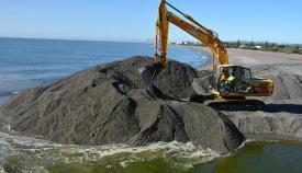 Trabajos para abrir la desembocadura del Guadiaro