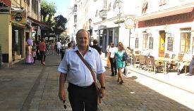 El candidato independiente Robert Vasquez en Main Street. Foto NG