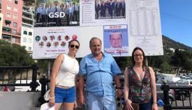 Robert Vasquez, durante su pegada de carteles en Gibraltar