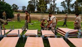 Infantes de marina españoles y soldados norteamericanos, trabajan juntos en el montaje de instalaciones. Foto US Navy/John Owen