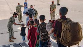 Un grupo de niños afganos desciende de uno de los vuelos que han aterrizado en la base de Rota. Foto US Navy/John Owen