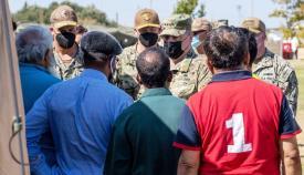 El general Milley rodeado de refugiados durante su recorrido por la base de Rota, el pasado domingo. Foto US Navy/Nathan Carpenter