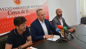 El alcalde de San Roque, durante la rueda de prensa en la que pide explicaciones a la Junta de Andalucía