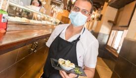 Un camarero de uno de los establecimientos participantes. Foto: lalínea.es