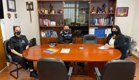 Reunión de la ministra con el comisario y la sargento Patricia González. Foto GG