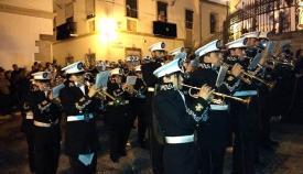 Los músicos de la Sagrada Resurrección en una procesión de las Angustias