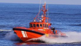 Una de las embarcaciones con las que Salvamento Marítimo opera en el Estrecho